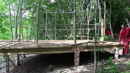 Etape 3: montage des murs en fustes et charpente type yourte