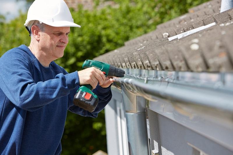 iStock 488056420%201 Réparer ou remplacer une gouttière : quand et comment ?