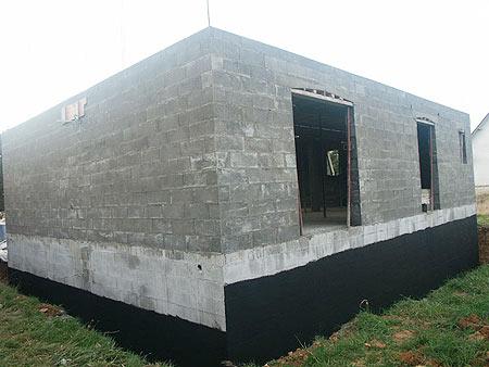 construction-murs-maison-traditionnelle-en-moellons